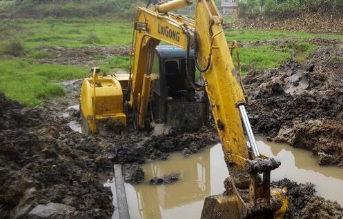 挖掘机操作手应该如何处理陷车问题